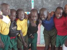 Kinder einer Schulklasse in Uganda